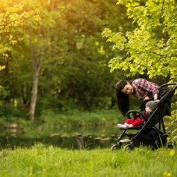 une mère en promenade avec son enfant